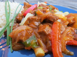 Goulash met verse groenten en rijst