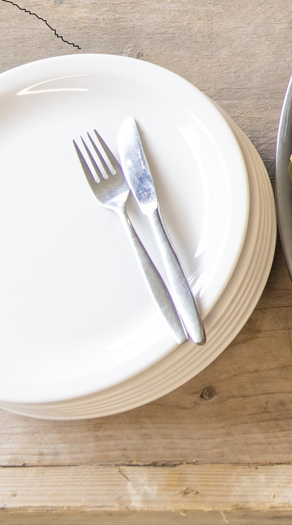Porseleinen borden en bestek