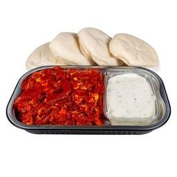 Kipshoarma pakket met saus en broodjes.